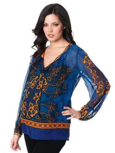 Blusa translúcida con colores, ideal para complementar el estilo exótico de Kim Kardashian.
