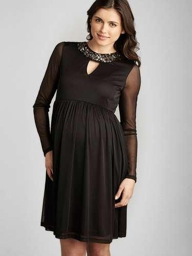 Vestido negro con detalle para una noche romántica con su pareja (o un día más en la vida de Kim Kardashian)