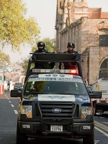 Al menos 16 policías municipales dejaron su trabajo tras recibir amenazas de grupos delictivos de Michoacán y su vecino Jalisco, particularmente tras una violenta jornada decembrina que registró 24 muertes.
