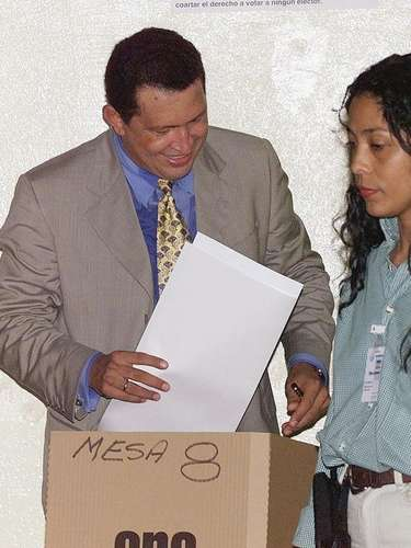 El candidato presidencial venezolano Hugo Chávez votó el 6 de diciembre de 1998 en colegio Nuestra Señora del Rosario, en Caracas, durante las elecciones presidenciales.