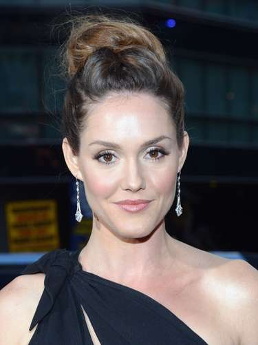 La actriz Erinn Hayes, nacida en San Francisco, California, debió pasar sus buenas 4 horas en la peluquería. ¡Ese moño no se le desbarata en una semana!