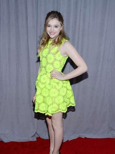 Ella debió haberse decidido o por el color del vestido, o por la textura -de flores-. Pero las dos cosas juntas son, definitivamente, too much.