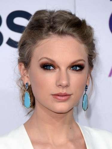 ¿Qué opinas? Ese color azul de sus aretes hacía ver su rostro muy elegante y a juego con sus espectaculares ojos.