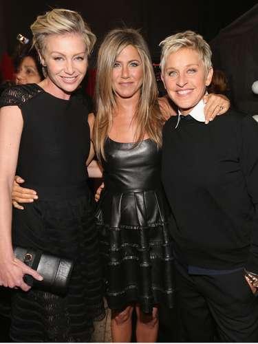 La actriz Portia de Rossi y su esposa Ellen Degeneres, cada una al lado de la dulcísima Jennifer Aniston. ¡Las tres son encantadoras!