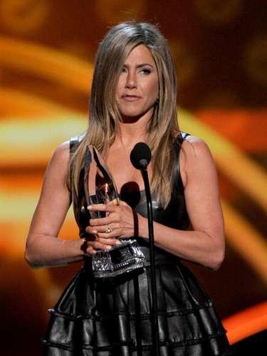 La primera ganadora de la noche, aunque ya se habían dado estatuillas en la alfombra roja, fue Jennifer Aniston, quien resultó la Actriz Cómica Favorita del Público. Jenn agradeció el apoyo infinito de los fans por 20 años.