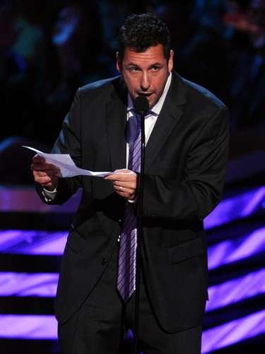 Cuando Adam Sandler ganó como el Actor Favorito de Comedia, la sorpresa para él fue tan poca, que mejor sacó una lista de sus cosas favoritas, como su aroma predilecto, que asegura es ... ¡el de Al Pacino!