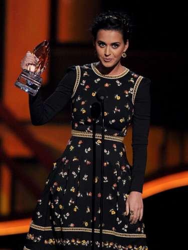 Katy Perry no se anda con rodeos. Ganó cuatro premios de golpe y amenazó con volver ale studio a grabar inmediatamente. ¿Las categorías? Cantante Favorita Pop, Cantante Mujer Favorita, Video Musical Favorito y Mejor Following de Fans: Katy Cats.