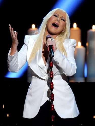 Christina Aguilera cantó el nuevo tema de su próximo disco y además fue galardonada con un nuevo premio People's Voice Award, como un guiño al show del que era jueza, The Voice.