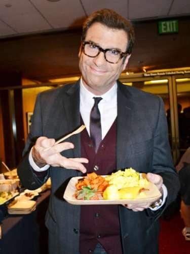 El corresponsal deExtra, Jerry Penacoli, no dudo en comer.