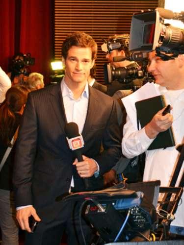 El reportero de ET se prepara para iniciar su nota sobre los nominados al Oscar.