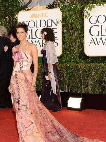 Halle Berry deja de lado los escándalos con sus amores y se presenta en los Golden Globes 2013