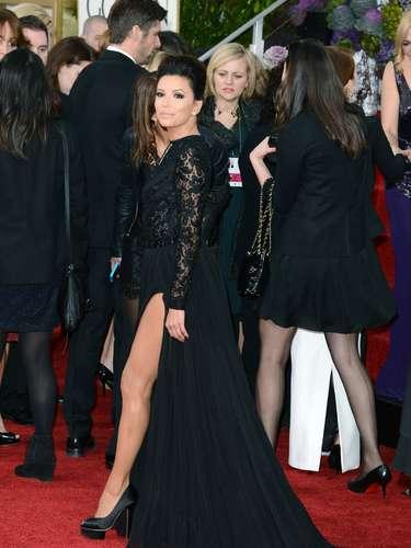 Eva Longoria enseñó mucha pierna en tan sexy vestido