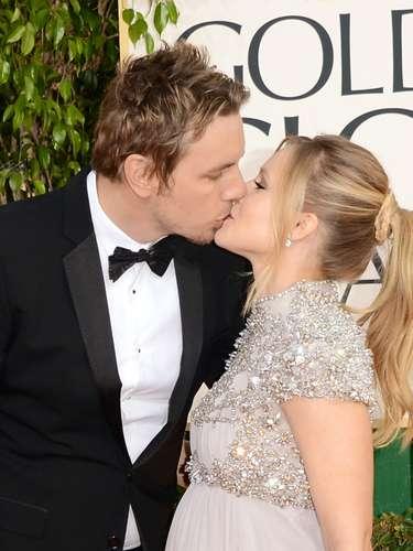 El actor Dax Shepard y bella esposa emabrazada, la actriz Kristen Bell.