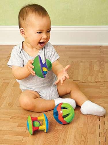 Baby Rattle Ball Set Un trío de sonajeros con muchos asideros para los dedos pequeños, además de bolas cerradas laminadas para explorar. Fácil de entender, ideal para la coordinación motora fina. Los primeros juguetes del bebé deben ser fascinantes! Para edades de 3 meses en adelante. colores surtidos