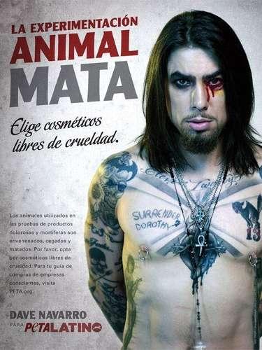 Dave Navarro se despojó de su ropa y posó sólo con maquillaje y sus tradicionales tatuajes para protestar en contra de las empresas que prueban sus cosméticos en animales