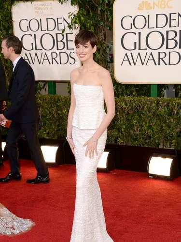 PEOR: Anne Hathaway en un vestido de Armani no impresionó debido a lo mal ajustado que estaba el vestido. Su tremenda delgadez es bastante notoria y un vestido más tapadito hubiera sido una mejor opción.