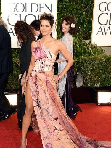 MEJOR: Halle Berry llevó un poco de color a la alfombra roja con pierna de fuera tipo Angelina Jolie.