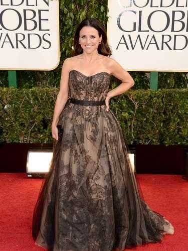 PEOR: La estrella de la serie VEEP, Julia Louis-Dreyfus adquirió demasiadas dimensiónes en este vestido pomposo.
