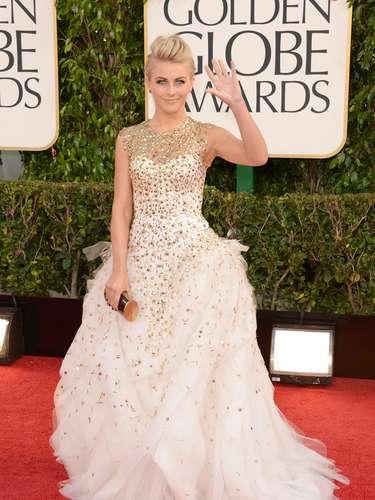 MEJOR: Julianne Hough, nominada por Rock of Ages, fue una de las mejores vestidas de la noche con un atuendo de Monique Lhuillier.
