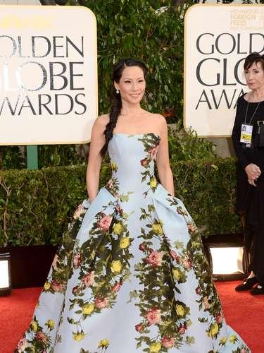 PEOR: Lucy Liu llevó un vestido azul cielo con un estampado floreado. Lástima que el estampado hace que el vestido se vea feo y viejo.
