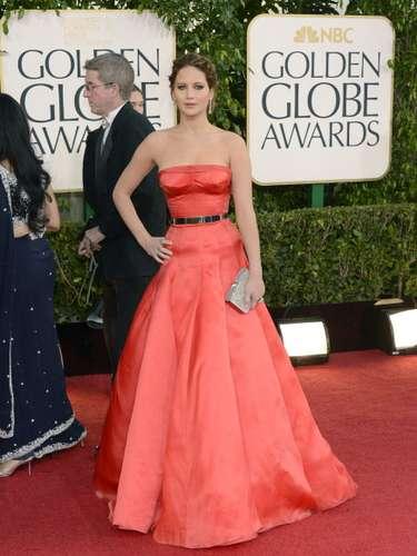 Jennifer Lawrence se veía espectacular con este traje rojo de Dior. No solo resaltó muy bien su figura sino que la actriz se veía segura de sí misma.