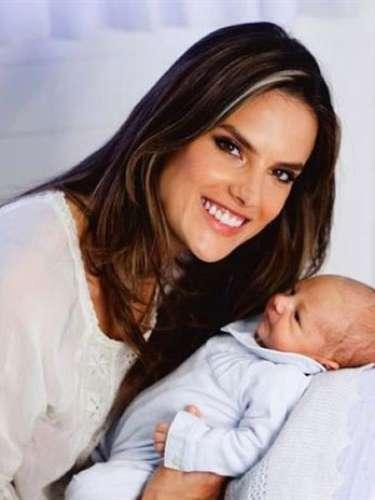 Alessandra Ambrosio y Jamie Mazur dieron la bienvenida a su segundo hijo, Noah Phoenix el 7 de mayo. También tienen una hija, Anja, 4.