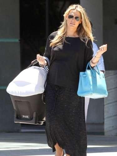 Molly Sims, amiga de Kim Kardashian, dio a luz a su hijo Alan Brooks, en junio de 2012.