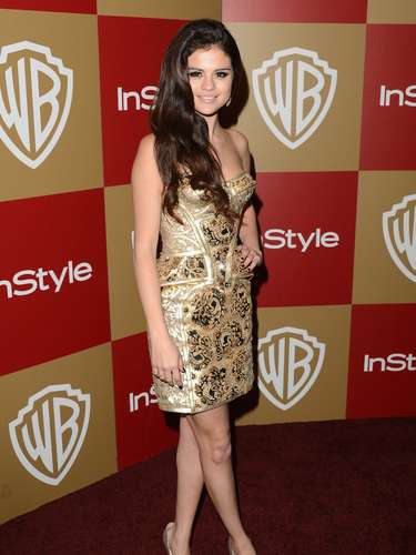 Sonriente y de buen humor, Selena llegó a las fiestas de los Golden Globes