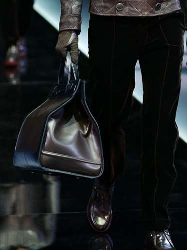 Giorgio Armani presented their Autumn/Winter 2013 collection in Milan and a whole slew of man bags came with them. Take a look at our favorite. Which one do you like best?
