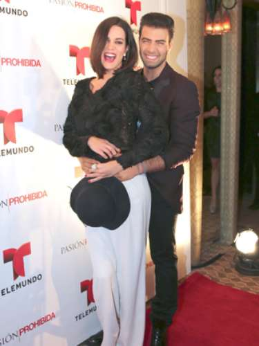 From the looks of it, Monica didn't mind cuddling with Canela.  Is Gaby Espino jealous?