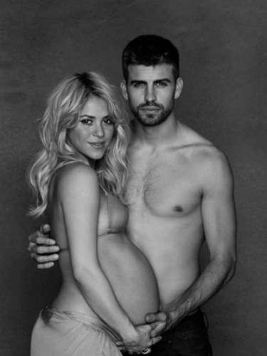 También hay un hermoso álbum de Shakira y Piqué posando juntos y de Shakira con su barriga al descubierto.