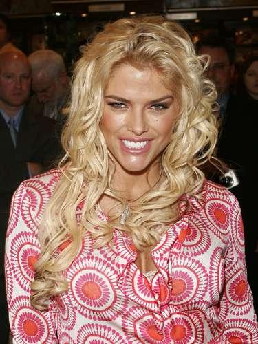 Anna Nicole Smith murió a los 40 años. La vida de Anna Nicole acabó cuando accidentalmente mezcló medicinas al estar en un grave estado de depresión por el reciente fallecimiento de su hijo después de haber dado luz a una niña.