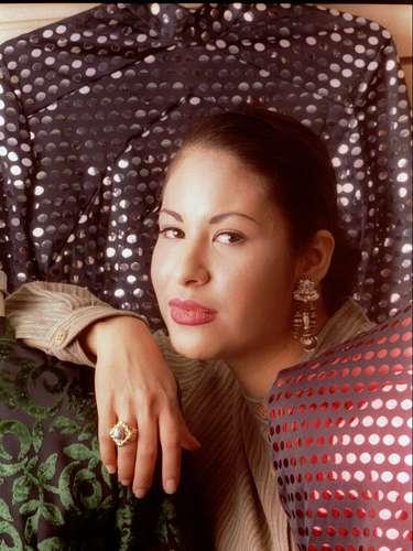 Selena Quintanilla-Pérez fue asesinada a los 23 años por Yolanda Saldívar, la presidenta de su club de fans. La cantante iniciaba su carrera en el género 'Tex-Mex' en donde era la máxima exponente.