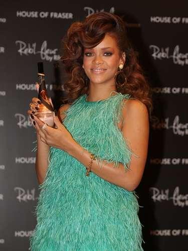 Rihanna no se ha quedado atrás aprovechando la rentabilidad de tener una linea de perfumes bajo su nombre e imagen. Entre otros, ella tiene en el mercado \