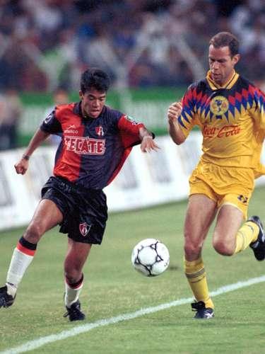 Así lucía Pável Pardo en sus inicios con el Atlas, con el cual empezó como lateral derecho y jugó de 1993 a 1998. En la foto, lucha por el balón con 'Zague',quien le sacaba más de una cabeza.