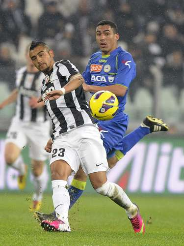 Juventus' Arturo Vidal (L) is challenged by Udinese's Allan Marques Loureiro. REUTERS/Giorgio Perottino