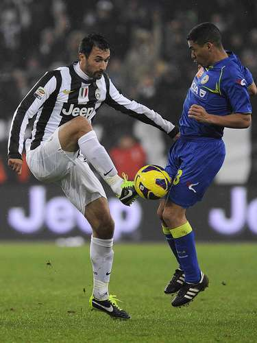 Juventus' Mirko Vucinic (L) and Udinese's Allan Marques Loureiro fight for the ball during their Italian Serie A soccer match at the Juventus stadium in Turin January 19, 2013. REUTERS/Giorgio Perottino