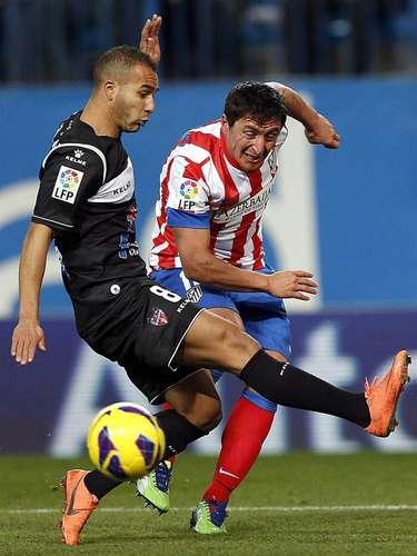 El centrocampista uruguayo del Atlético Madrid, Cristián Rodríguez (d), intenta un centro ante la oposición del centrocampista marroquí del Levante, Nabil El Zhar (i), durante el partido de la vigésima jornada de la liga disputado esta tarde en el estadio Vicente Calderón