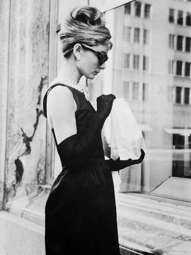 Por regla general, la actriz rechazaba los patrones exagerados, los escotes generosos y las aperturas atrevidas, así como los adornos llamativos y los tejidos brillantes.Aunque Hubert de Givenchy se convierte en su modisto de cabecera y confecciona prendas exclusivas para realzar su figura, Yves Saint Laurent y Valentino se encargan de las prendas pret-á-porter, con las que reinterpreta un \