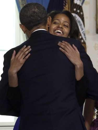 El presidente tomó juramento con su mano izquierda sobre la Biblia de la familia de su esposa Michelle, quien sostenía el libro. Tras la ceremonia, Obama abrazó a su esposa y a sus dos hijas Malia, de 14 años, y Sasha, de 11, antes de decir \