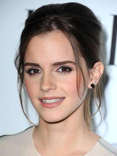 La heroína 'Hermione' de la serie cinematográfica 'Harry Potter' Emma Watson, nacida en París hace 22 años, ha terminado el rodaje de 'La Bella y la Bestia' uno de sus muchos proyectos cinematográficos para los que es solicitada. Su singular atractivo ha sido reconocido por la firma francesa de alta cosmética Lancôme y desde hace unos meses su rostro es la imagen de su línea juvenil de maquillaje y de su fragancia ' Trésor Midnight Rose '. Pero además la actriz, también diseña ropa para la marca People Tree, una firma británica para la que también posa defendiendo su ideario de trabajar practicando el comercio justo, solo trabajar con materiales orgánicos y respetuosos con el medio ambiente. No hay duda, Emma se ha convertido en una atractiva mujer sofisticada y elegante, muy 'chic'.