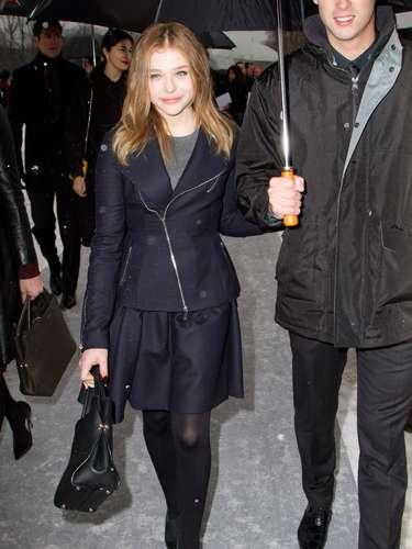 Con look negro, la actriz Chloe Moretz repartió sonrisas antes del desfile.