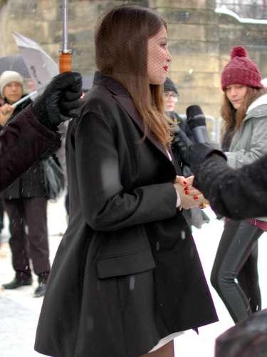 La modelo francesa Laetitia Casta apostó por un abrigo y medias para abrir así la semana de la alta costura.