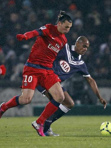 Paris Saint-Germain's Zlatan Ibrahimovic (L) challenges Bordeaux's Henrique Dit (R) during their French Ligue 1 soccer match at the Chaban Delmas Stadium in Bordeaux, Southwestern France, January 20, 2013.