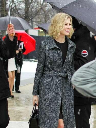 La actriz británica Rosamund Pike estuvo presente en el desfile de Dior.
