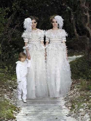 Chanel: Los desfiles de Chanel son toda una demostración de poderío de la marca de moda más importante del mundo. Lagerfeld quería un bosque y Chanel le pusotres milarbustos, 90 robles y 70 pinos en el Gran Palais. Y también son una declaración de intenciones del alemán, con las dos novias que manifestaban su apoyo al matrimonio homosexual en Francia.