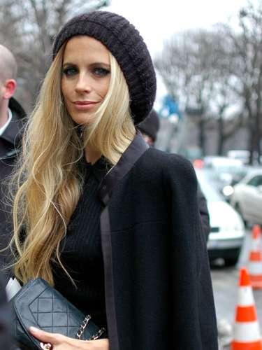 La modelo inglesa Poppy Delevingne usó una boina para complementar su outfit y cubrirse del frío.