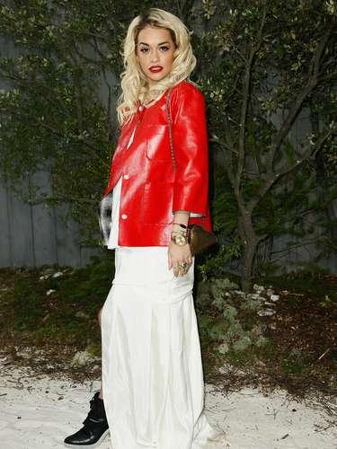 Con una llamativa chaqueta roja, la cantante británica Rita Ora hizo acto de presencia en el desfile de Chanel.
