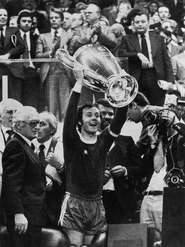 El capitán Franz Beckenbauer levanta la segunda Copa de Europa para el Munich, tras vencer en la final 2-0 al Leeds United en 1975