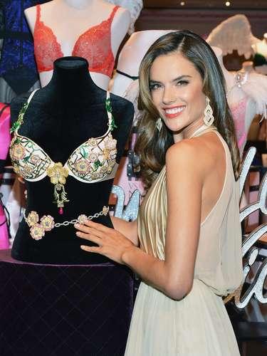 Alessandra Ambrosio ha asegurado que se siente muy orgullosa de pertenecer a Victoria's Secret y poder lucir prendas tan bellas y atractivas como el Fantasy Bra.